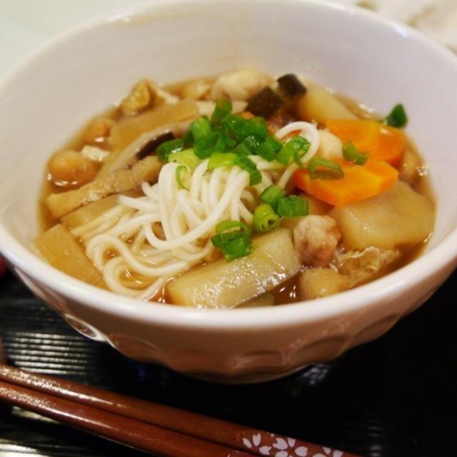 ももさんからいただいた豆麩と温麺で作りました。 いろんな組み合わせがあるようですが、今回は、豆麩・温麺・じゃがいも・人参・大根・茄子・油揚げ・干ししいたけ。 けんちん汁に似た 優しい味で、身体も心もほっこりします✨ ももさん、ありがとう✨✨ 食べ友お願いしますね - 73件のもぐもぐ - おくずかけ by meisui829