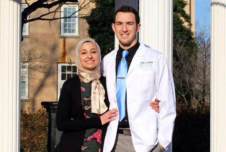 http://islam.com.ua/news/18964-2015-02-11-17-28-52 Мусульмане всего мира скорбят о жертвах жестокого убийства, которое произошло в городе Чапел-Хилл (штат Северная Каролина) во вторник. Трое студентов-мусульман были убиты выстрелами в голову.