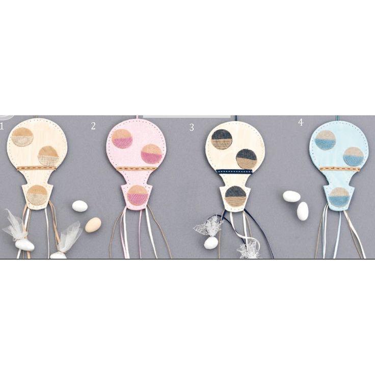 Κρεμαστή Μπομπονίερα βάπτισης αερόστατο ξύλινο με μαγνητάκι. Διαθέσιμο σε τέσσερις διαφορετικούς συνδιασμούς χρωμάτων. Μπορείτε να επιλέξετε όσα και όποια χρώματα θέλετε - σημειώστε στα σχόλια της παραγγελίας σας τον αριμό των χρωμάτων και πόσα τεμάχια επιθυμείτε από το κάθε χρώμα. Ελάχιστη