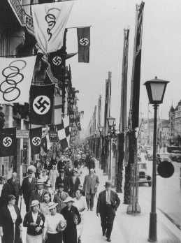 Esta cena urbana mostra bandeiras olímpicas e alemãs (com a suástica) em uma das ruas de Berlim, sede dos Jogos Olímpicos de Verão. Berlim, Alemanha, agosto de 1936.