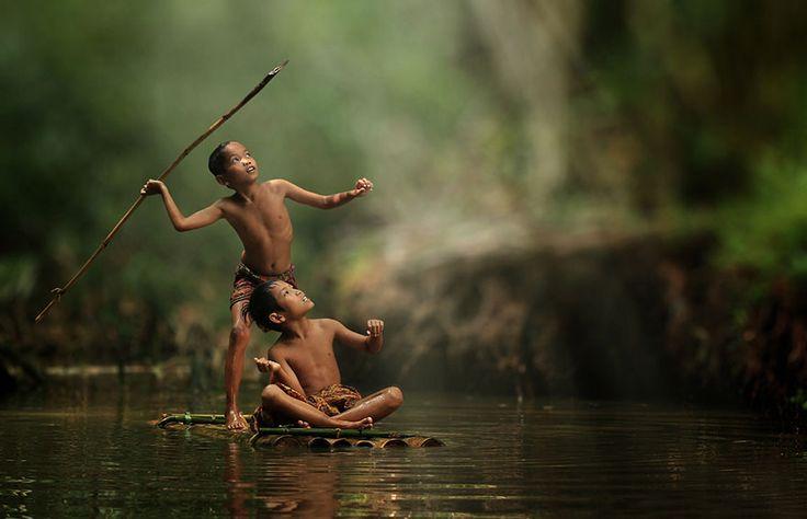El fotógrafo indonesio Herman Damar se dispuso a capturar la vida de los habitantes de una pequeña aldea a las afueras de Yakarta, Indonesia. Sus fotografías muestran la alegría de un pueblo alejado de la tecnología.