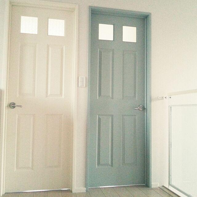女性で、3LDKのドア/同居予定で建て替えた義実家/義実家のインテリア/ドアは無垢。/ドアはオーダー…などについてのインテリア実例を紹介。「転勤先が長くなりそうで、子供部屋として使われる日が、果たして来るのか… そんなドアたち。 白はクリームっぽい白。 ガラス部分を、それぞれ違うかわいいカットガラスにしてあって、そこがお気に入り♪ どちらも写真では全く分からない…」(この写真は 2015-01-03 14:12:08 に共有されました)