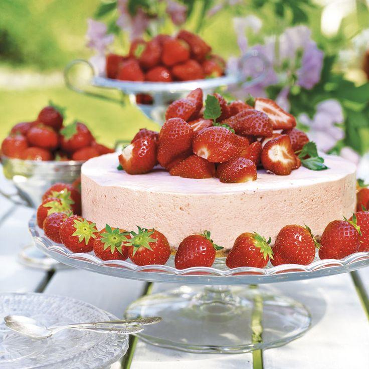Dekorera med jordgubbar när cheesecaken tinat något.