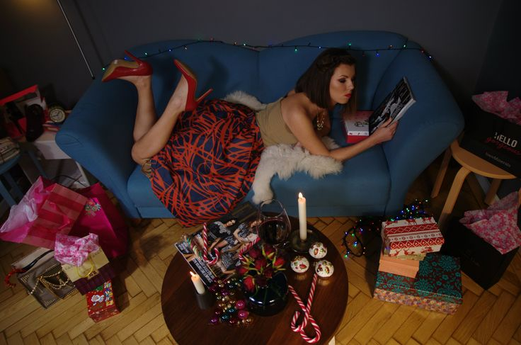 A glass of wine and a good magazine is all that @roswithamoti needs. And of course, lots of presents! #estilotendances #editorial #shooting #Christmas #story