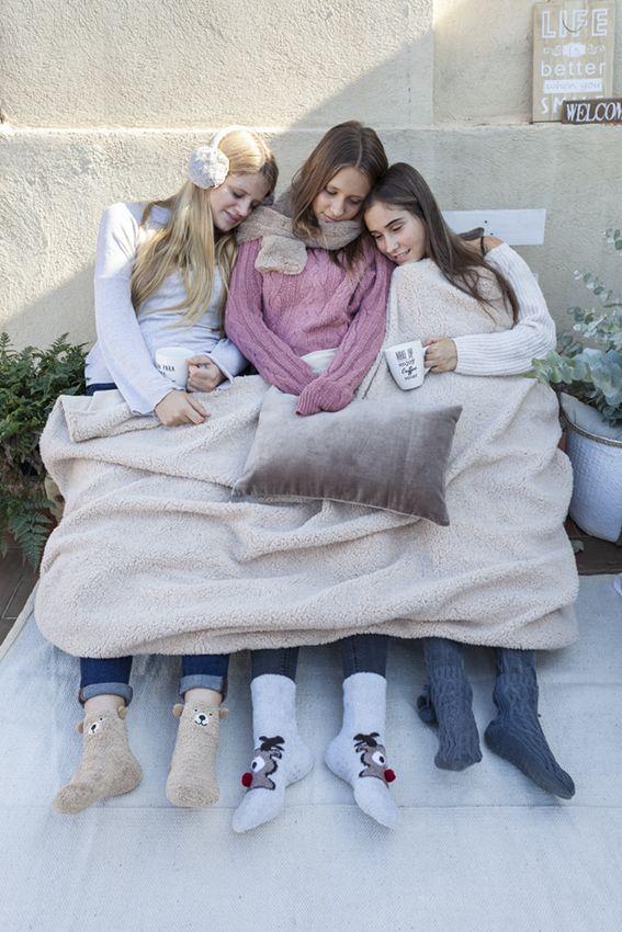 Apetece un poco de sol al aire libre aunque haga frío. #muymucho #mantas #calcetines #invierno #exterior #amigas #amistad #decoración #hogar