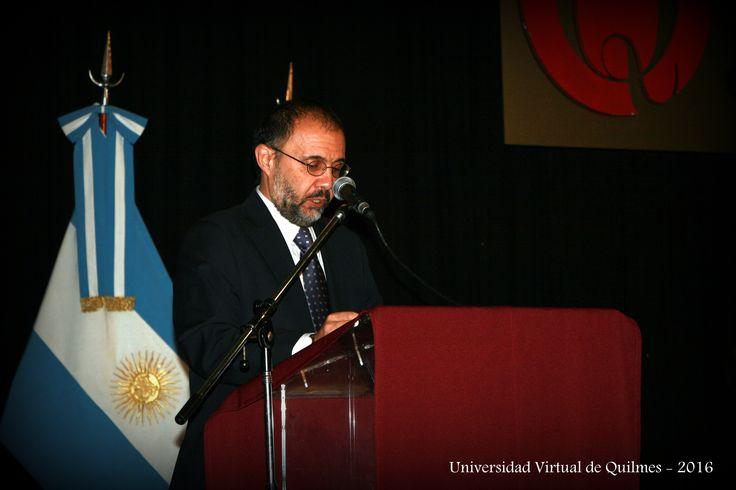 Dr. Alejando Villar, Vicerector UNQ, toma juramento a los Egresados