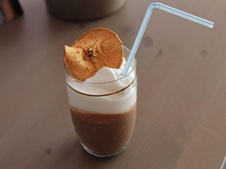 Deser czekoladowy z suszonym jabłkiem. Pyszny i bardzo słodki, spróbuj!