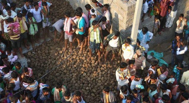 WinNetNews.com - Setiap tahun, orang-orang Kairuppala, sebuah desa di negara bagian Andhra Pradesh India, terlibat dalam pertempuran kue epik dari kotoran sapi yang sering membuat puluhan luka-luka. Mereka percaya tradisi ini membawa kesehatan dan kesejahteraan.Legenda mengatakan bahwa Tuhan Veerabhadra