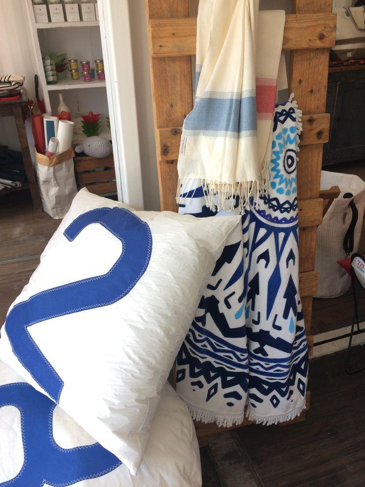 Coussins blancs en voile de Spi et serviette roundie Les Antillaises