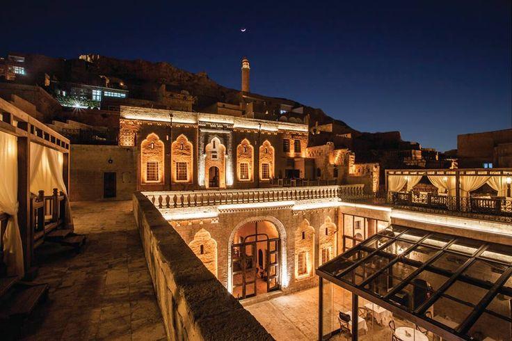 MARDİUS TARİHİ KONAK   Taş ustalarının bir gerdanlık gibi işlediği, okunan ezanlara çan seslerinin eşlik ettiği, farklı din, dil ve ırklara yüzyıllar boyu ev sahipliği yapmış masalsı şehir Mardin'de 1500'lü yıllardan kalma tarihi bir konak; Mardius.   Bu özel butik oteli daha yakından tanımak için; http://bit.ly/12AeMDs