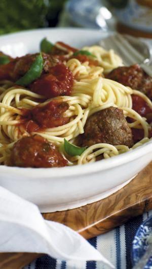 Spaghetti med kødboller i tomat-basilikum-sauce   ISABELLAS