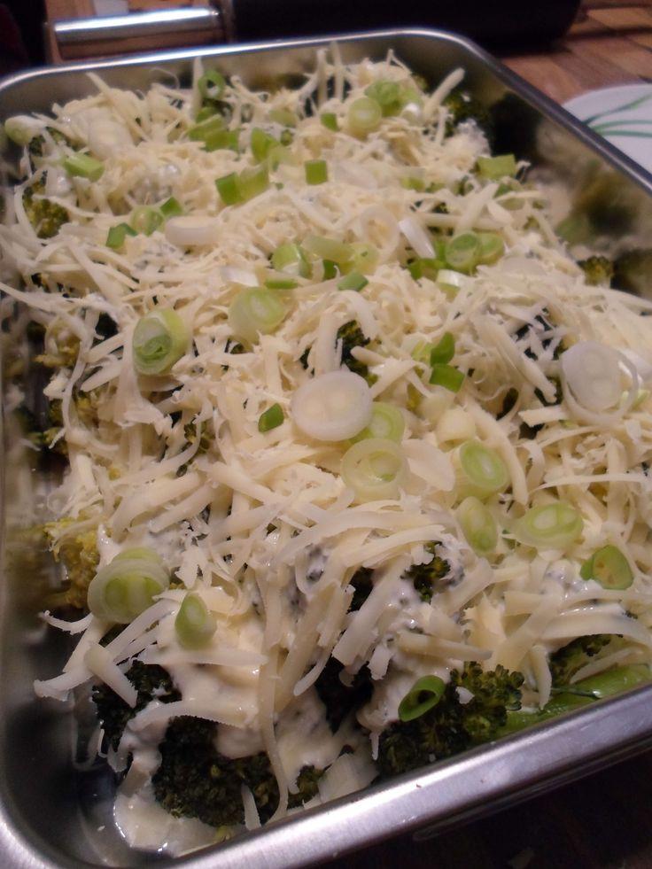 500g Brokkoli - frisch oder tiefgekühlt 100g Topfen / Quark 20% Fett in Trockenmasse 200g Joghurt 1,5% Fett 1 Zwiebel 2 Zehen Knoblauch 2 Eier 120g Gouda, oder anderer Käse nach Wahl Salz, Pfeffer Optional etwas Lauch / Frühlingszwiebeln