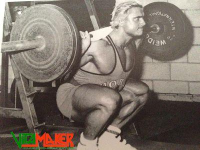Esercizi: lo Squat.  Ecco come eseguire correttamente un esercizio fondamentale come lo squat, croce e delizia di chi si allena. #squat #gambe #cosce #glutei #preparazioneatletica #integratori #supplements #healthcare #homefitness #fitness #bodybuilding #bodybuilder #crossfit #workout #training #stretching #running #muscoli #calistenics #vitamaker #bcaa #vitamine #whey #proteine #vitamakereurope #vitamakerintheworld #energia #stimolante #forza #muscoli #massamuscolare