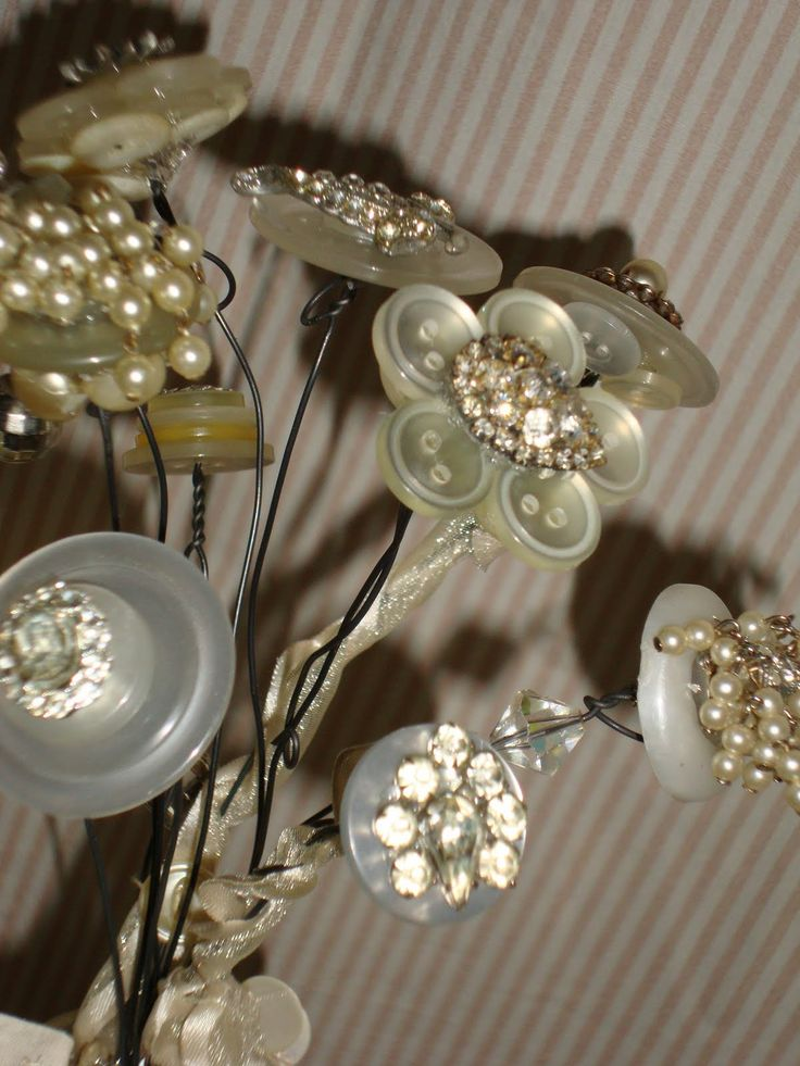 Lovely buttons flowers...Inspiration.... I may just have to try this...