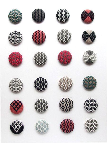Tobishi, desde Japón, hace estos bonitos bordados principalmente sobre lino y lo convierte todo en botones, monederos, tapices, bolsitas y complementos.