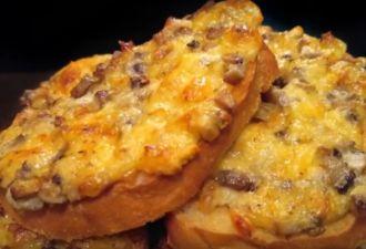 Представляем вам рецепт вкусных горячих бутербродов с грибами. Готовятся они быстро, поэтому их можно готовить на завтрак, к обеду или для перекуса. Рецепт очень простой и понравится всем, даже маленьким деткам.