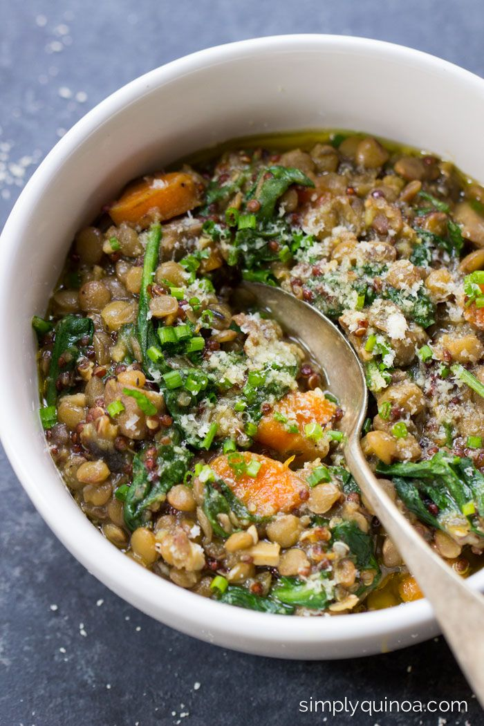 One-Pot Lentils + Quinoa with spinach, mushrooms and lots of herbs - a healthy, vegetarian meal! | recipe on simplyquinoa.com