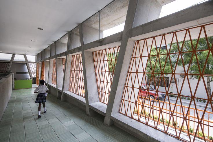 Construído na 2015 na Puerto Triunfo, Colômbia. Imagens do Alejandro Arango. Este parque educativo faz parte de uma nova rede de edifícios públicos de pequeno porte que foram planejados pela Prefeitura de Antioquia,...