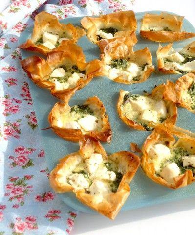 Mini hartige taartjes van filodeeg met spinazie,eieren,feta en room, gemaakt in muffinvorm