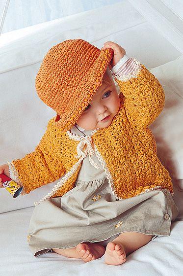 Häkeln für die Kleinsten: Mit unserer Häkelanleitung können Sie diese süße, orangene Babyjacke selbst häkeln. © Christophorus Verlag