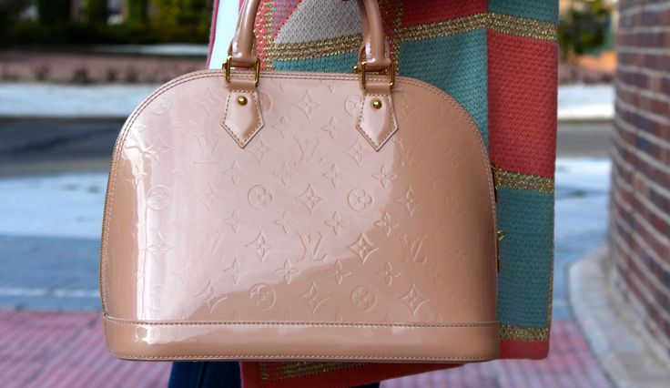 Fashion and Style Blog / Blog de Moda . Post: Pastel colors / Colores pastel .More pictures on/ Más fotos en : http://www.ohmylooks.com/?p=21494 I wear/Llevo Jacket / Chaqueta : Oh My Looks Shop (info@ohmylooks.com) ; Pin lazo : Hong Kong Market /Mercado de Hong Kong ; Jeans/Vaqueros : Hollister ; Bag / Bolso : Louis Vuitton ; Shoes / Zapatos : Zara ; Blouse/Blusa : El corte inglés (Elogy)