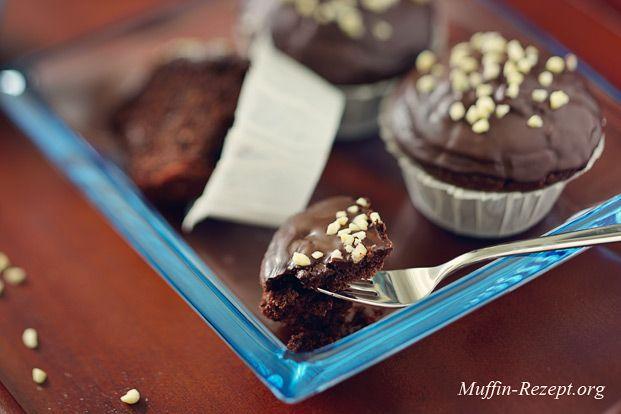 Schokomuffins hübsch dekoriert mit Schokolade und Mandeln für festliches Buffet, lecker schokoladig