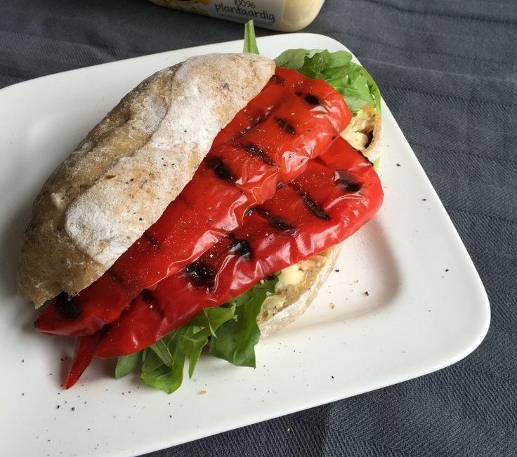 Zin in een lekker snel en luxe broodje? (Punt) paprika in je tosti-ijzer, broodje in de oven; verse rucola en klaar is kees!