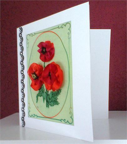 GiftCard отправить своим друзьям, родственникам, близким, ... The GiftCard есть небольшой букет из красных маков. Они сгруппированы в середине зеленой печати с некоторыми декоративными линиями, изготовленную из габардина. Маки и листы вплетены с реальным, натуральным шелком. Внутри GiftCard сделано с особой декоративной бумагой. Внутри пустой, так что вы можете написать собственное сообщение для этого специального человека, которого вы хотели бы подарок его. Измерения GiftCard являются: 15…