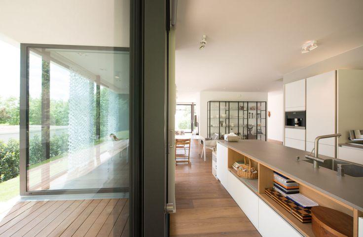 die besten 25 bodentiefe fenster ideen auf pinterest dunkelgraue vorh nge wei e w sche kamin. Black Bedroom Furniture Sets. Home Design Ideas