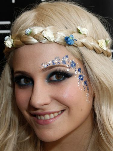 Pixie Lott looked like sweet perfection at the Isle of Wight festival this year matching her white and blue face paint with the coloured buds in her hair