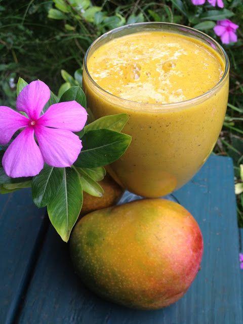 Desayuno nutritivo con mangos y plátano.