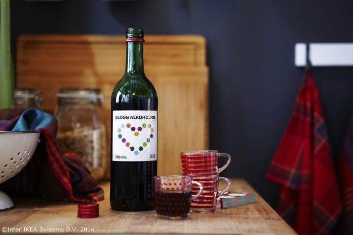 De Crăciun suedezilor le place să bea GLÖGG, o băutură tradițională din vin fiert cu mirodenii precum sorțișoară, nucșoară și ghimbir. Serveşte-l fierbinte, cu migdale şi stafide, sau rece. www.IKEA.ro/GLOGG