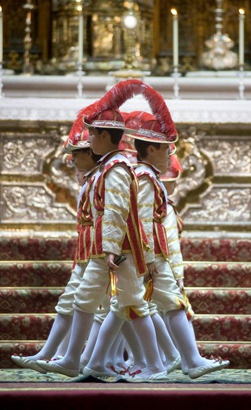 """Los """"seises"""" en la Catedral de Sevilla, el día del Corpus Christi."""