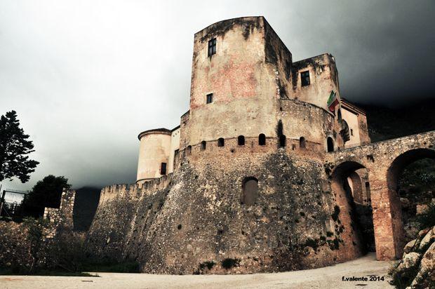 Il Castello di Venafro. Dai Longobardi a oggi su una rupe fortificata dai Romani - Venafro's Castle. 41°29′00″N 14°03′00″E
