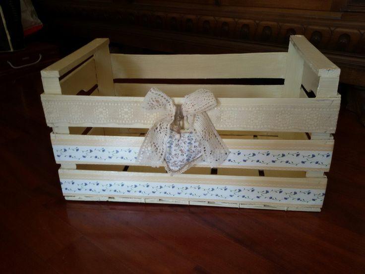 Cassetta legno verniciata e decorata in decoupage, pizzo. Cuoricino in stoffa cucito a mano.