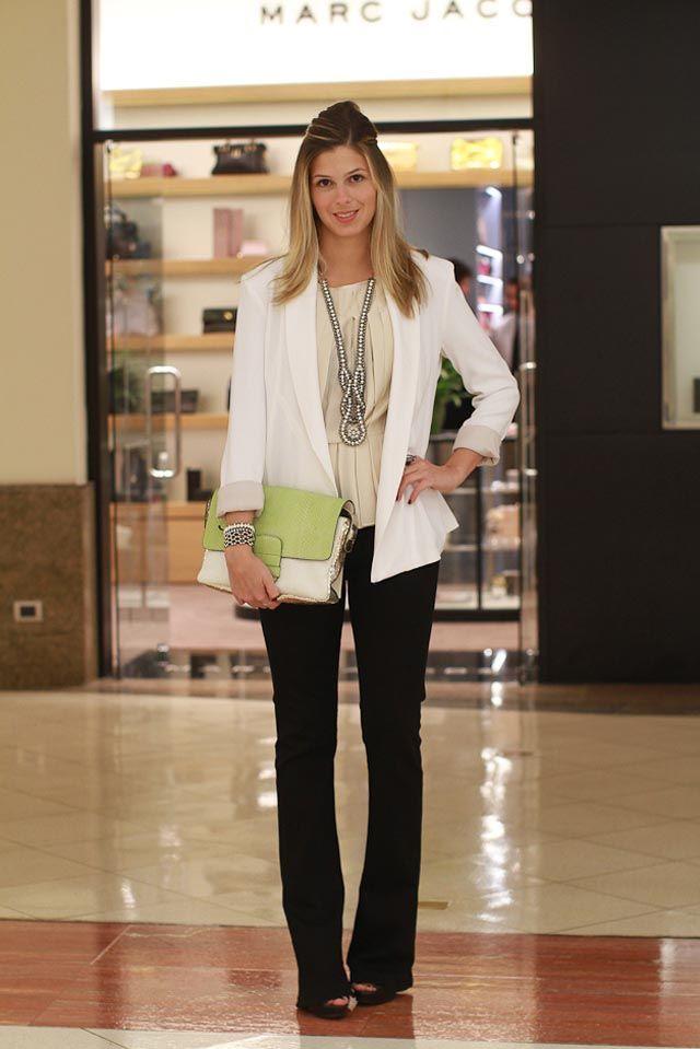 look de trabalho interessante: calça preta, blazer branco, maxi clutch colorida e colar comprido: