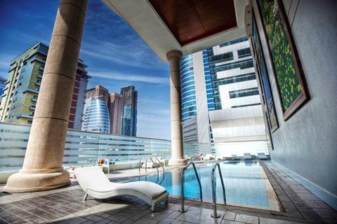 Byblos Tecom  Description: Ligging: Het Byblos Tecom ligt in het hart van de wijk TECOM en op ca. 15 minuten afstand van het strand. Bekende winkelcentra zoals The Mall of the Emirates en het IBN Battuta winkelcentrum bevinden zich in de directe omgeving en het Al Barsha metrostation is op loopafstand te bereiken. Vanuit hotel Byblos Tecom bent u ook in mum van tijd in de Dubai Marina. De internationale luchthaven van Dubai bevindt zich op ca. 35 minuten rijden. Het hotel verzorgt een gratis…