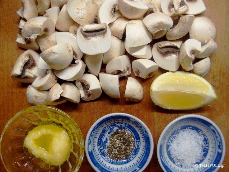 Πλευρώτους και Agaricus bisporus ή ασπρομανίταρα σε διάφορα στάδια ανάπτυξης. Αυτά είναι τα συνηθισμένα καλλιεργήσιμα μανιτάρια.