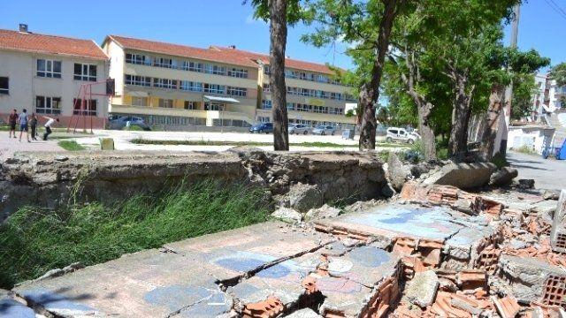 Okulun istinat Duvarı Yıkıldı, Facia Ucuz Atlatıldı