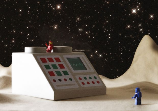 Todo se puede construir con Lego, desde una Estrella de la Muerte a la Torre Eiffel pero la marca empezó creando juegos de piezas simples que llamaban a la imaginación. Con la suya, Love Hultèn transforma estas piezas en tecnología retro