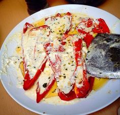 Ovo jelo možete služiti kao predjelo ili kao laganu večeru. U jednoj zdjelici pomiješajte maslinovo ulje sa peršunom, sitno sjeckanim bijelim l...