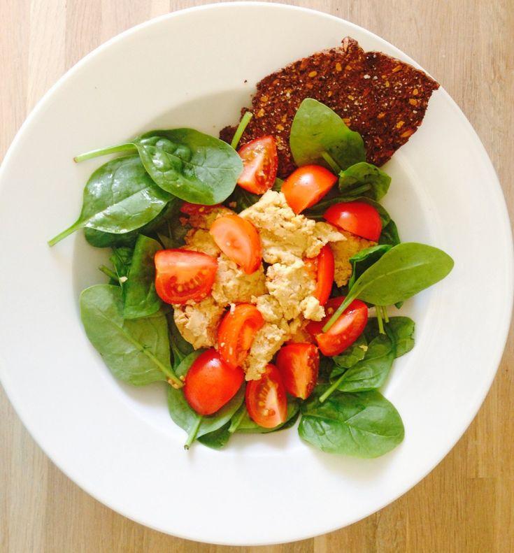 Salat med hummus, tomat og spinat