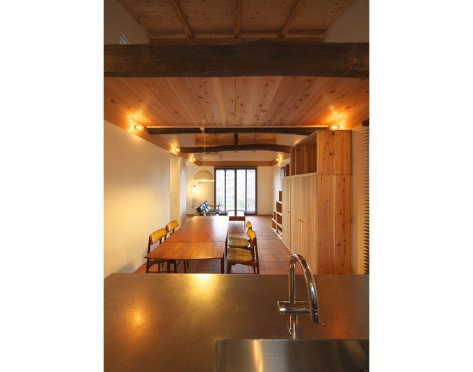 自然素材に囲まれた明るいリビングダイニングキッチン