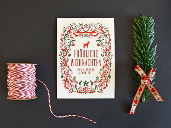 ...und a schene stade Zeit!Eine bayerische Weihnachtskarte in limitierter Auflage. Liebevoll geschmückt und aufwendig illustriert mit weihnachtlichen Motiven in Rot und Grün. Die Karte ist auf echtem Bierdeckel-Karton (Bierfuizl) gedruckt und 0,9 mm stark. Der rauhe Karton fühlt sich toll an und ist ein echter Handschmeichler! Die Rückseite steht für persönliche Weihnachtsgrüße zur Verfügung.  Handmade in Minga-Bavaria.Design: Valerie WolfMaße: A6 (105 x 14...