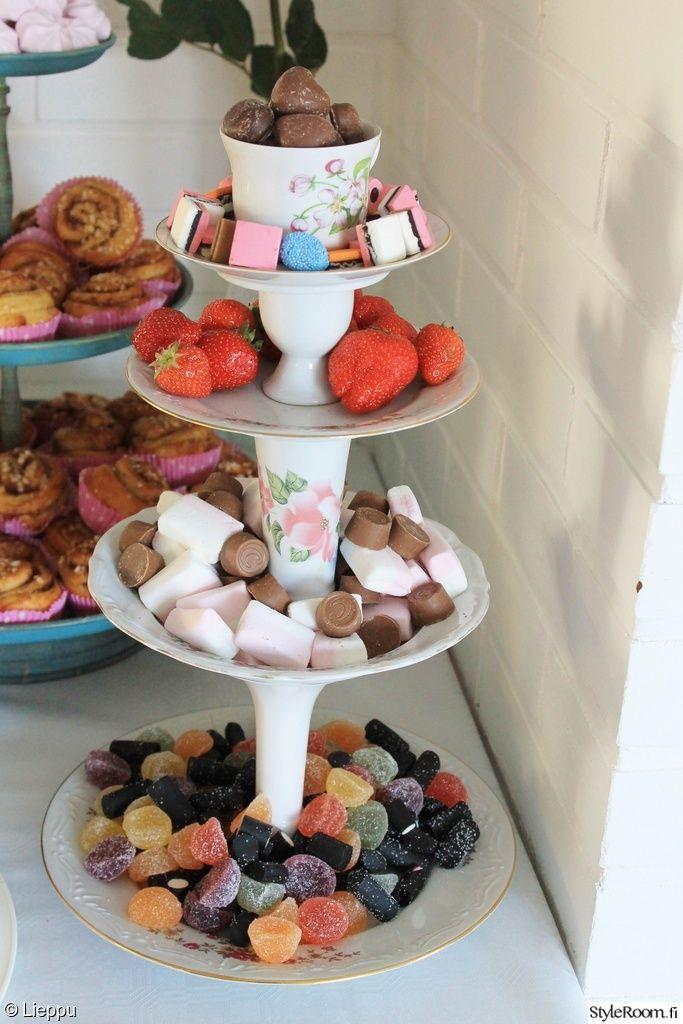 lautanen,kerrosvati,kynttilänjalka,munakuppi,kahvikuppi,juhlat,karkki,mansikat,pulla,värikäs,juhlatarjoilu,suklaa,keittiö,Tee itse - DIY