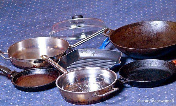Чистим сковородки <br><br>Предлагаю вашему вниманию хороший способ очистить противни или сковородки от нагара.<br><br>Соединяем:<br><br>- 1/2 чашки соды<br>- 1 чайная ложка жидкости для мытья посуды<br>- 2 столовые ложки перекиси водорода<br><br>Смешиваем до тех пор, пока не станет похоже на взби..