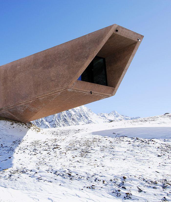 Le Pass Museum, Autriche.    C'est une route de montagne, nommée Timmelsjoch, qui joint depuis 1959 la vallée d'Ötz, en Autriche, à celle de Passeier en Italie. Soit une enfilade de panoramas saisissants que l'on admire depuis les cinq «archi-sculptures», de l'architecte italien Werner Tscholl, qui balisent le trajet.