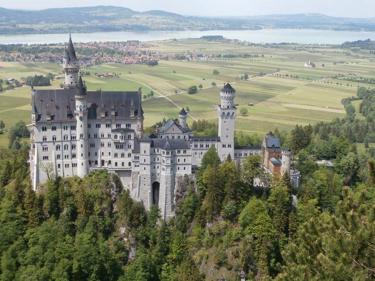 Замок Каменный Лебедь. Описать слов нет, сама поездка и виды открывающиеся вокруг головокружительны, рядом ещё 2 замка не менее интересны. Внутри особо ничего интересного, замок не был достроен до конца. Но снаружи это нечто