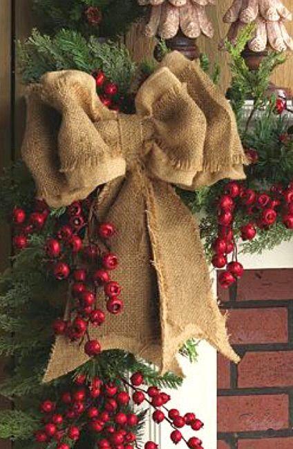 El espíritu de la Navidad más rustico en una casa de montaña es como un sueño,  con la luz blanca difundida   por la nieve, decoracion...