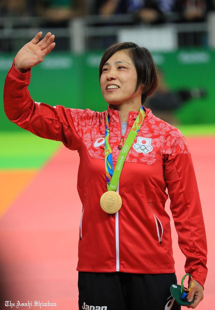 柔道女子70キロ級で田知本遥選手が金メダルを獲得。表彰後、スタンドに知った顔を見つけ、すてきな笑顔を見せていました #Rio2016 #リオ2016 #田知本遥 #リオ五輪 #柔道